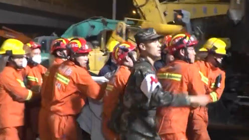无锡高架桥侧翻事故致3死2伤:救援人员将伤者抬出