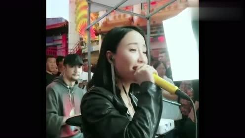 赵家班:本山传媒文静街头唱歌,被美女小姐姐翻唱的真好听!