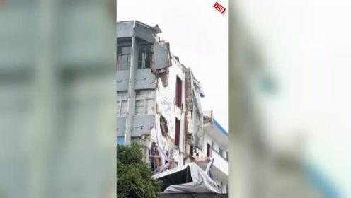 浙江苍南县一办公楼局部坍塌 大块墙体摇摇欲坠仅剩钢筋连接