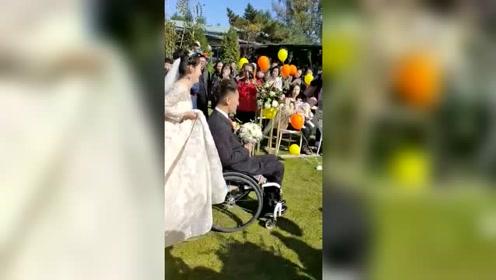 新娘推着残疾新郎,特殊的婚礼