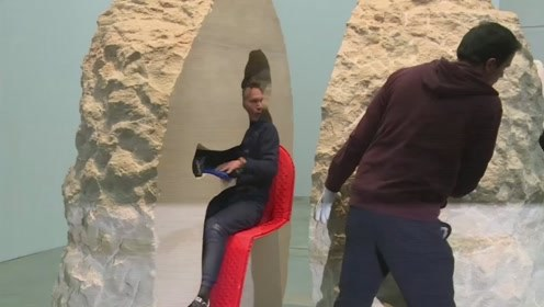 外国奇葩行为艺术家,在巨石中能待7天,出来后腿都软了