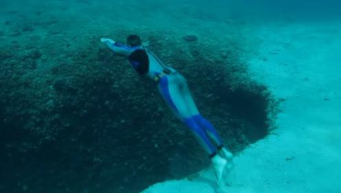 牛人挑战自由潜水,纵身跳下海底深洞,不断向下坠落