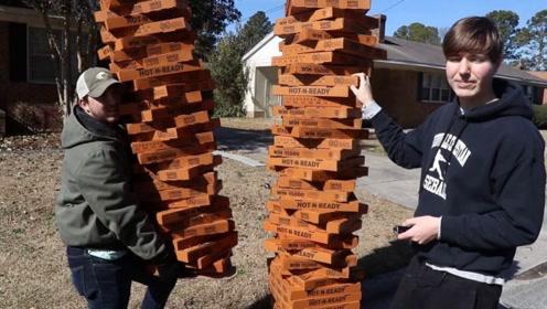 外卖员送100个披萨上门,顾客愣住不敢开门,网友:该哭还是该笑