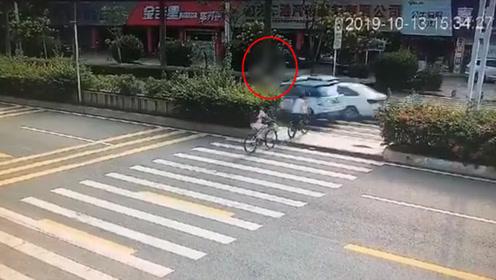 12岁男生斑马线上被出租车撞飞 网友责怪绿化带遮挡视线