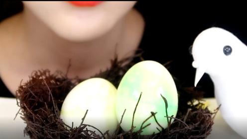 美女拿着新鲜鸟巢狂啃,真的不扎嘴吗?不过看起来好像很好吃