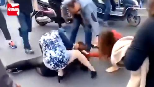 因琐事起争执,2女子当街按倒暴打1女,脱高跟鞋猛敲其头部