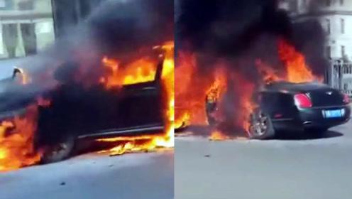 """实拍:黑龙江哈尔滨一辆宾利起火 四分之三的车身陷入""""火海"""""""