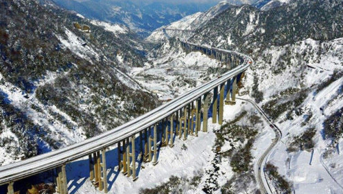 """四川耗时5年建的高速公路,只有240公里,被称为""""最逆天的公路"""""""