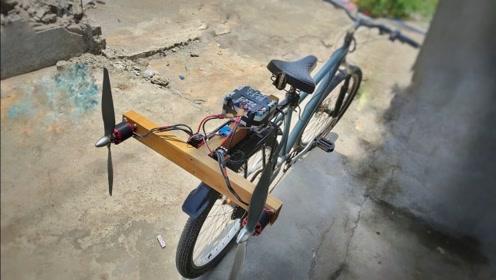印度小伙在自行车上安装螺旋桨,骑起来不拉风都难,创意感十足