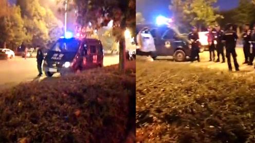 现场惨烈!因家庭琐事起矛盾,安徽一男子将妻子当街砍伤倒地