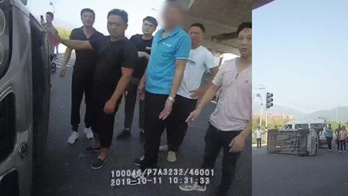 温州一面包车司机闯红灯被撞翻民警群众齐力搬车救人