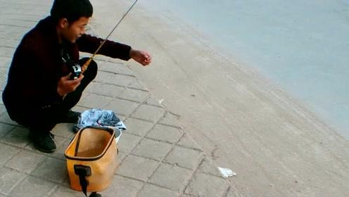 野钓:天冷鱼都躲到下水道了,还好遇到我,不然没人能把鱼钓上来
