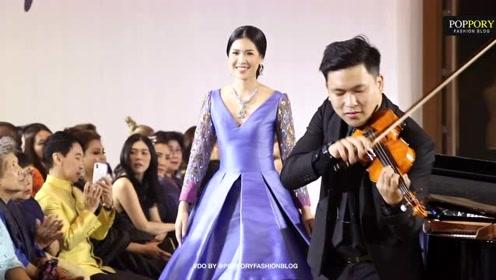 泰国美女模特在钢琴和小提琴伴奏中款款走来