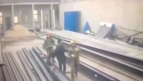 三名工人发现不对劲,赶忙抬头,无奈死神来的太快,下秒太惨了!