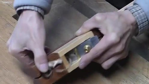 木匠做了一个另类刨子,竟然能够刨木头楞,你们见过吗