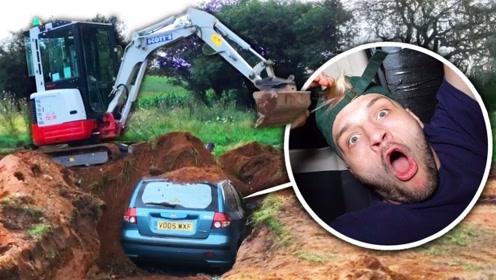 老外作死将车开进大土坑,试图在地下生活一天,网友:受打击了吗