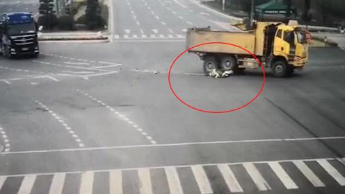 女子骑车遭大货车碾压拖行44米竟奇迹生还 监控拍下惊魂瞬间