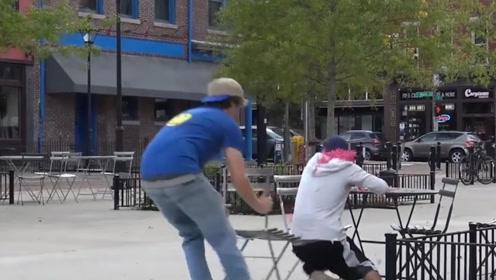 国外小伙作死恶作剧,拉路人椅子,结果被路人追着揍