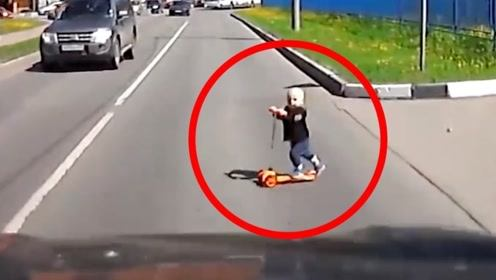 司机正常行驶中,旁边突然窜出一辆滑板车,下一秒太惊险了!