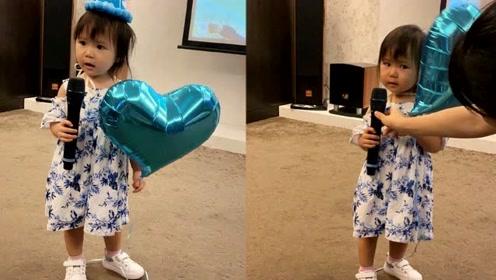 两岁啦!江宏杰晒女儿萌照为其庆生 爱拉酱抱话筒唱歌超萌