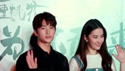 刘亦菲健身有成效瘦了不少 穿黑T恤配碎花长裙时髦苗条