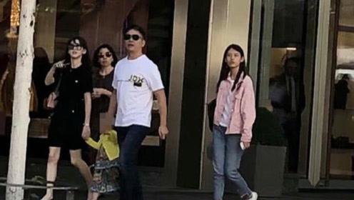 章泽天刘强东带女儿,一家三口牵手逛街,甜蜜如初