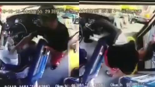 因乘公交刷卡起冲突,福建一男子将女司机拽出驾驶室疯狂暴打