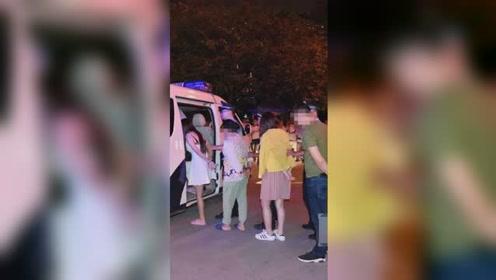 扫黄视频曝光!警方突袭宾馆大套间 当场带走21人