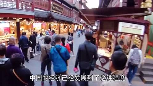 韩国大妈来中国旅游,餐馆看到这一幕慌了:中国人这么有钱?