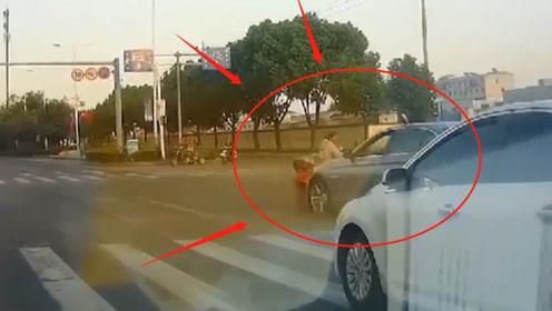 女子骑电动车闯红灯被撞飞,监控记录惊魂5秒!网友:轿车无责!