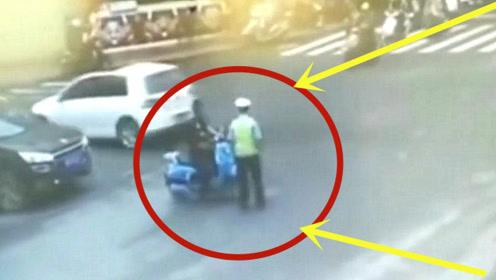 摩托男子不停指挥,掏出大刀砍向交警,看到最后笑喷了!