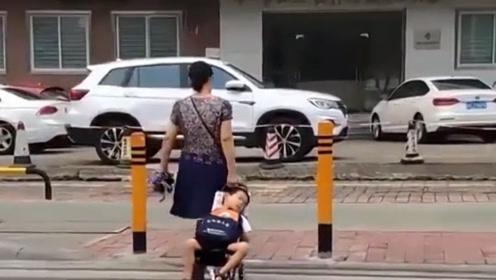 不易!广东一阿姨买菜车拉熟睡的孩子上学,只为让他为多睡几分钟