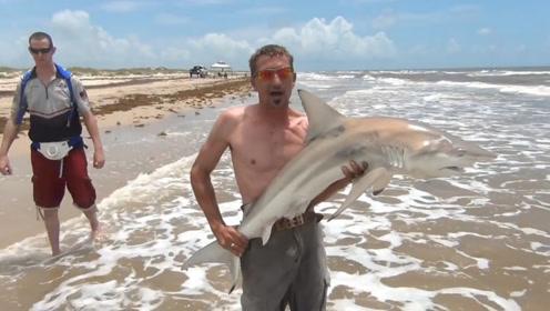 男子海钓到一只小鲨鱼,正准备拍照炫耀呢,悲剧却在这时候发生了