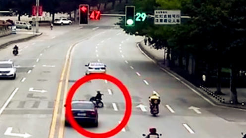 老人坐轮椅横穿公路 被直行小车撞倒