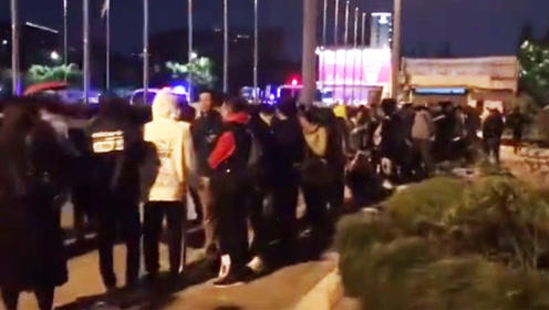 周杰伦杭州演唱会线下购票取消 近千名排队粉丝懵了