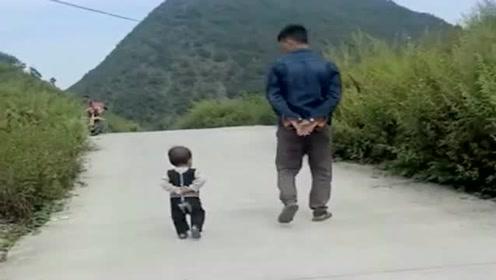 把儿子送乡下第二天,奶奶发来一段视频,这步伐挺有节奏的!