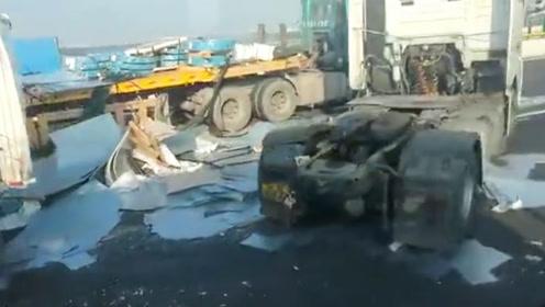 突发!广东佛山发生多车连环相撞 车辆受损严重钢材散落一地