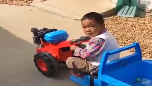 宝宝开小车进家门,开始提心吊胆,看到最后笑喷了!