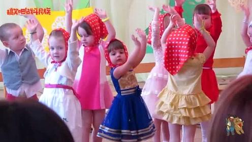 俄罗斯幼儿园舞蹈表演,4岁小女孩还会自己找镜头呢