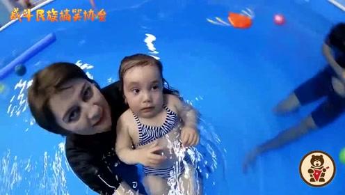 """外国萌娃来学游泳 满脸写着""""怕怕"""" 结果一下水马上不一样了"""