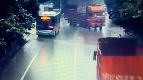 货车雨天弯道不减速 打滑失控撞上防护栏
