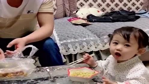 宝宝:妈妈,我和爸爸都饿了,我们俩吃着你看着!