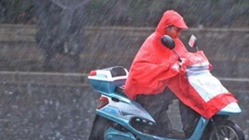 下雨天骑电动车时,这3个地方一定要遮住,再大的雨也不怕淋坏了