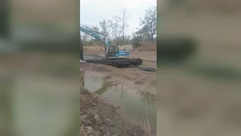 水陆两栖挖掘机,跑河道清淤显身手,别的挖掘机站旁边看着干不了!