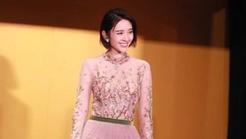 唐艺昕婚后甜美度不减,穿粉色花朵纱裙太显娇嫩,张若昀该紧张了