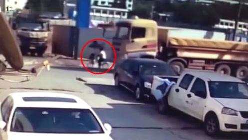 短短6秒!自行车倒在转弯大货车前 3岁幼童不幸身亡