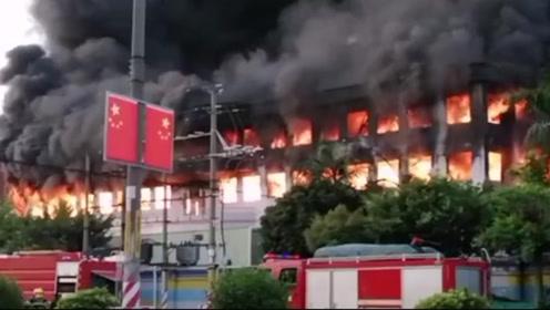 东莞一工厂凌晨突发火灾 两层楼被大火吞噬场面吓人