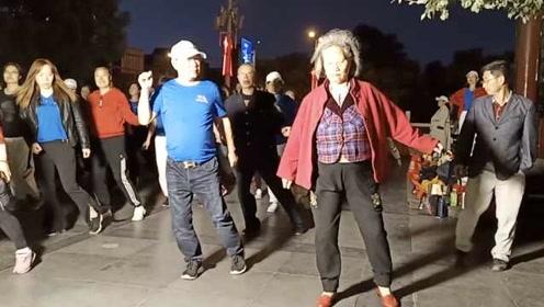 81岁老太爱上曳步舞:身体毛病都自愈了,风雨无阻