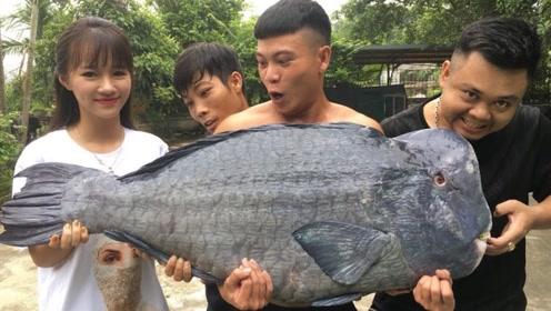 """小哥买回来一条60斤的""""方头鱼"""",包起来烧1个小时,出锅后吃的太开心了"""