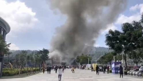 四川西昌一酒吧突发火灾,现场黑烟滚滚,旁边就是图书馆超市